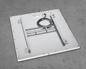 De achterzijde van het paneel is afgewerkt in blank aluminium en is voorzien van een afneembare montagebeugel. De ruimte tussen de achterzijde en het warmte element is niet geïsoleerd. De stroomkabel is 1,2m lang, met losse aansluitdraden.