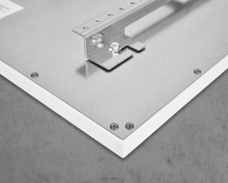 De infraroodverwarming is eenvoudig te installeren. De meegeleverde montagebeugel wordt vastgeschroefd aan de muur. De infraroodverwarming wordt met vier stevige bouten vastgeschroefd in de montagebeugel.